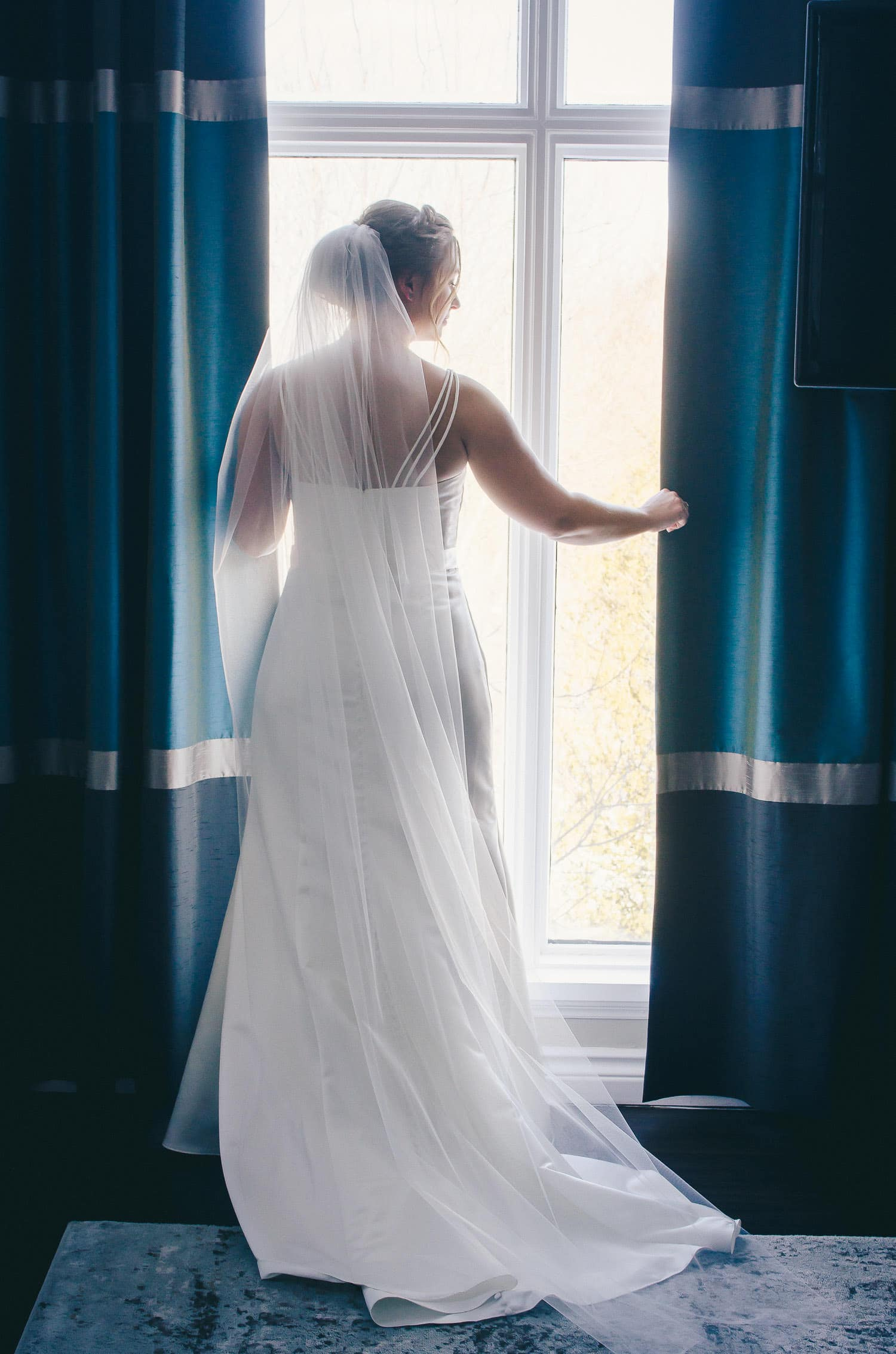 bridal portrait in bridal suite at the Elmhurst Inn